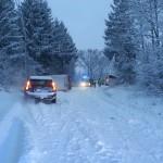 Skolbuss och budbil i varsitt dike Vallbyvägen